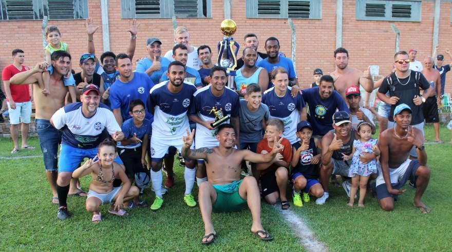Equipe do Ewaldo Prass com o troféu de campeão das equipes B