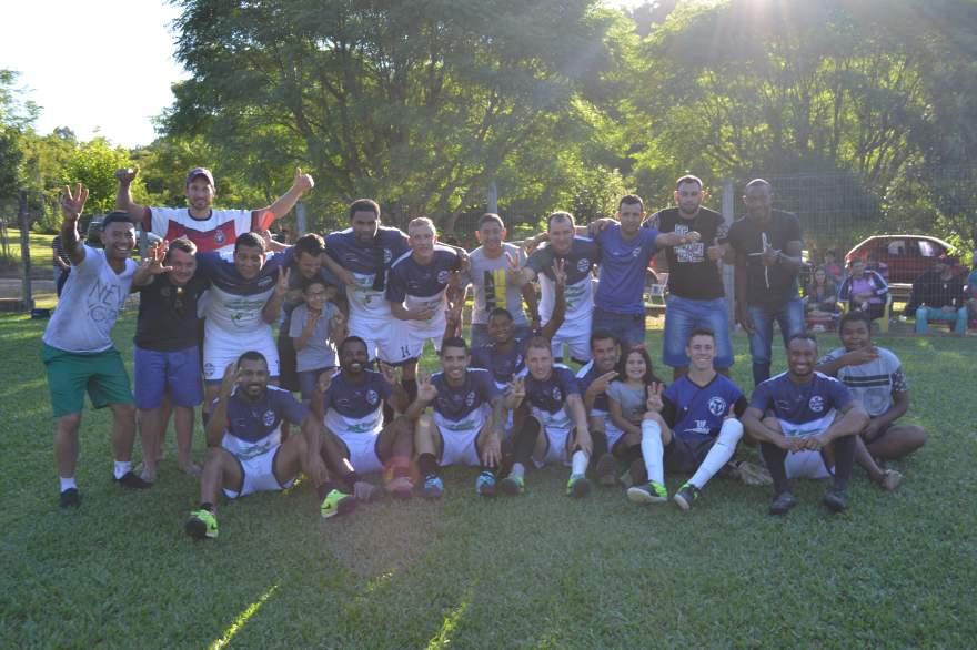 Jogadores com os torcedores após a conquista do título regional