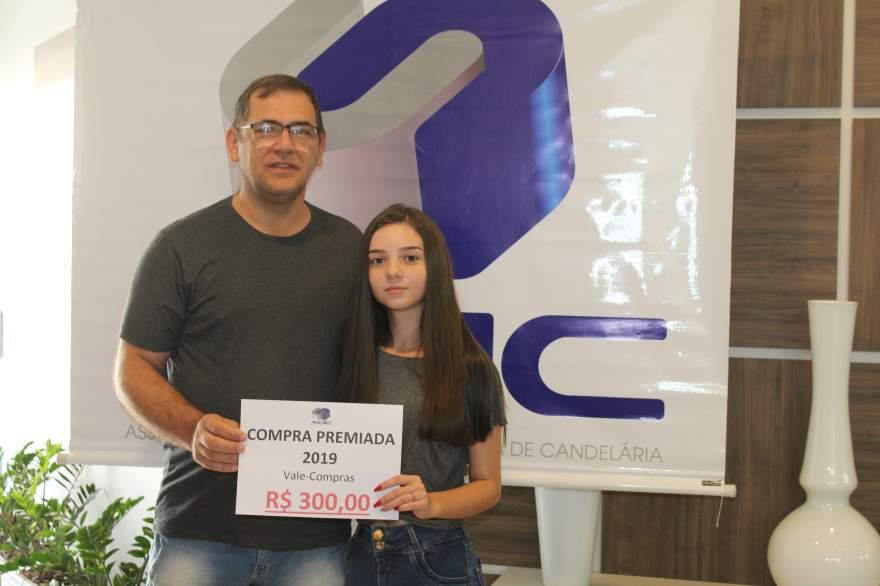 A entrega do prêmio para Erica Coimbra, que ganhou dois vale-compras de R$ 300,00