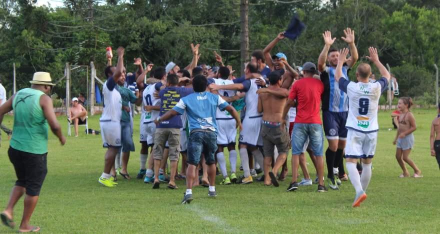 Ainda no campo de jogo, o início da comemoração do título do Ewaldo Prass nas equipes A