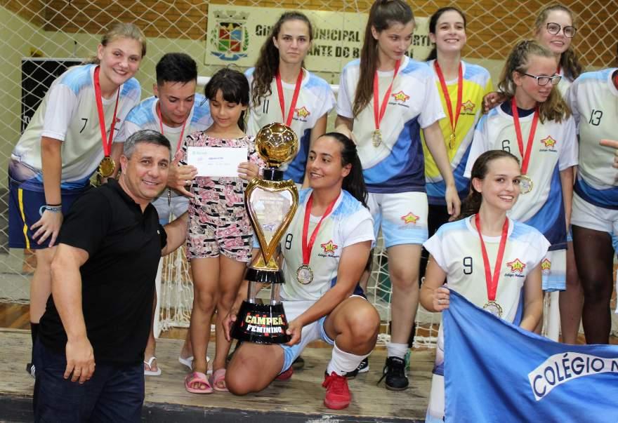 Abelardo Carvalho, da Abel Automóveis, patrocinou a premiação em dinheiro do campeão feminino. Na foto, a entrega do prêmio