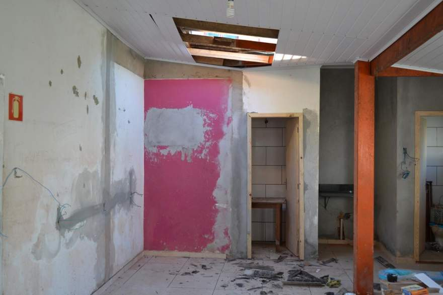 Dilete Cortes estava instalando uma algeroza quando sofreu queda do telhado - Diego Foppa - Folha