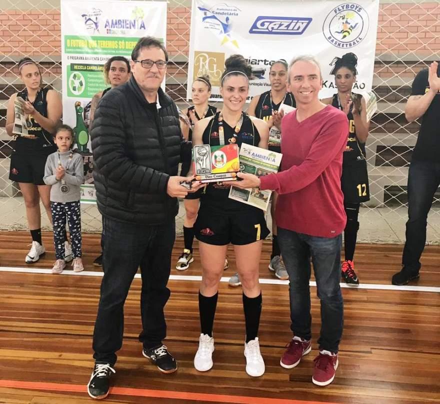A premiação do Novo Basquete de Ponta Grossa como vice-campeão