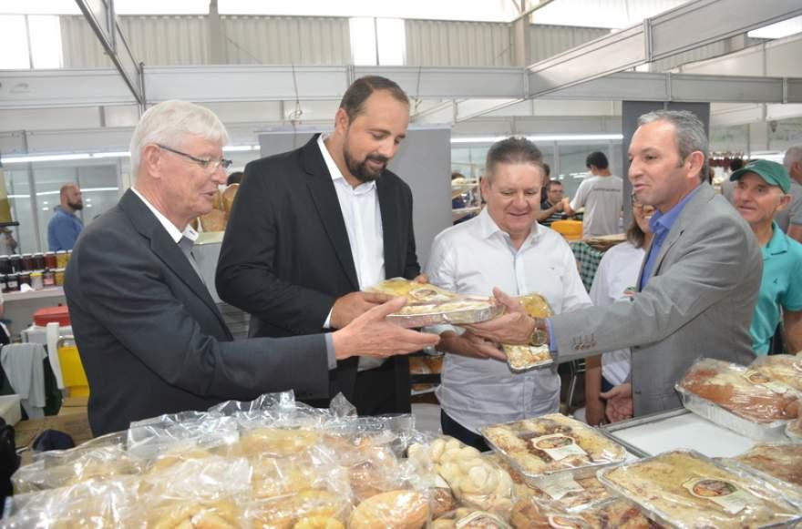 Autoridades visitam os estandes com os produtos produzidos pela agroindústria familiar