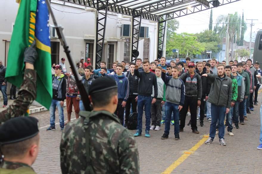 Juramento à bandeira foi realizada na rua Coberta