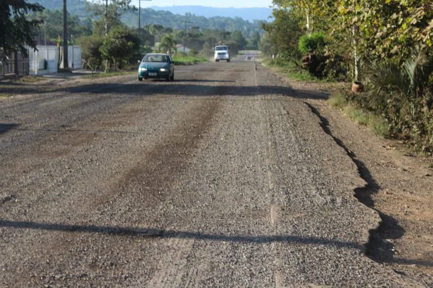 Trecho do km 01 da ERS-400 está somente com camada de brita. Motoristas precisam ter cuidado ao trafegar pelo local devido à realização das obras