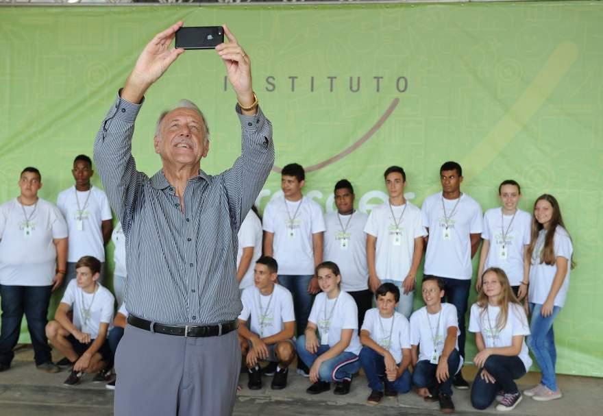 Presidente Iro Schunke faz selfie com o grupo de jovens de Cerro Branco
