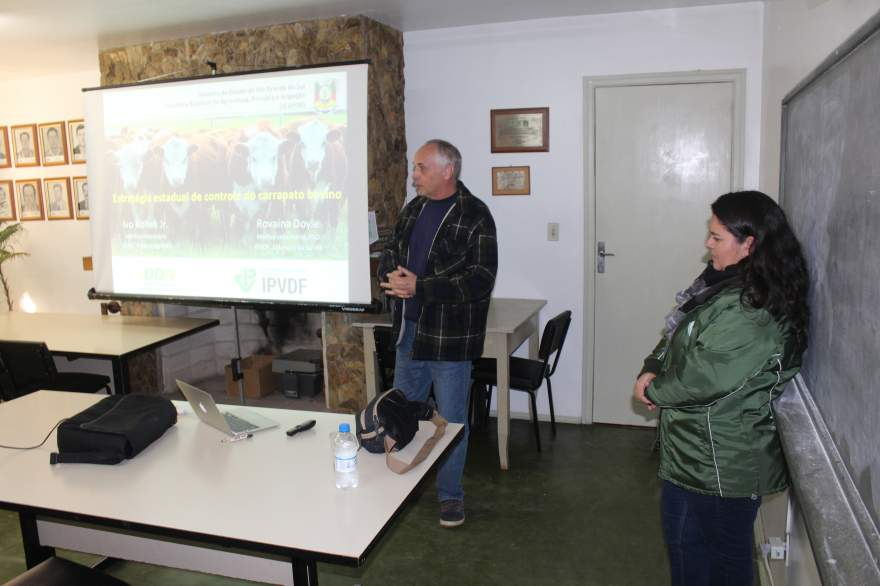 Médicos Veterinários Ivo Junior e Rovaina Doyle falaram sobre o controle de carrapatos para agropecuaristas na sede do Sindicato Rural de Candelári
