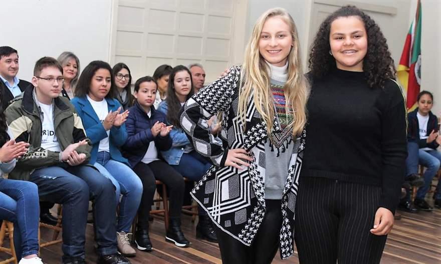 A vice-prefeita mirim Ana Cristina Martins da Silva Mendes foi empossada pela vice de 2018, Andrieli Brixner