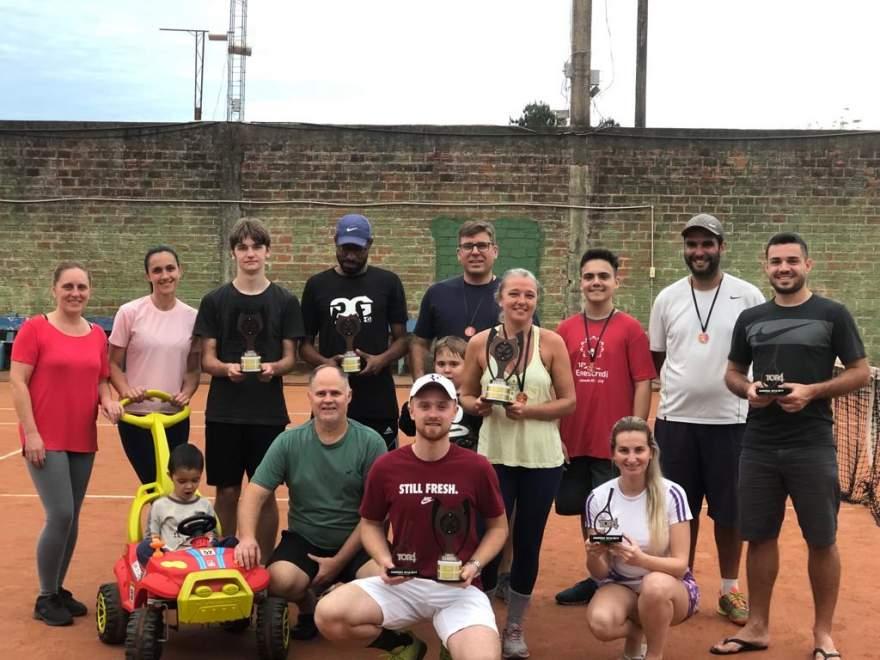 Tenistas foram contemplados com troféus após finais do ranking disputado no Piscina Tênis Clube