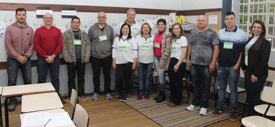 Membros da comissão eleitoral com a equipe de apoio e o promotor Martin Albino Jora