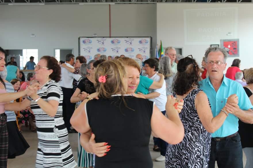 Confraternização com reunião-dançante marcou a primeira tarde da 12ª Semana do Idoso