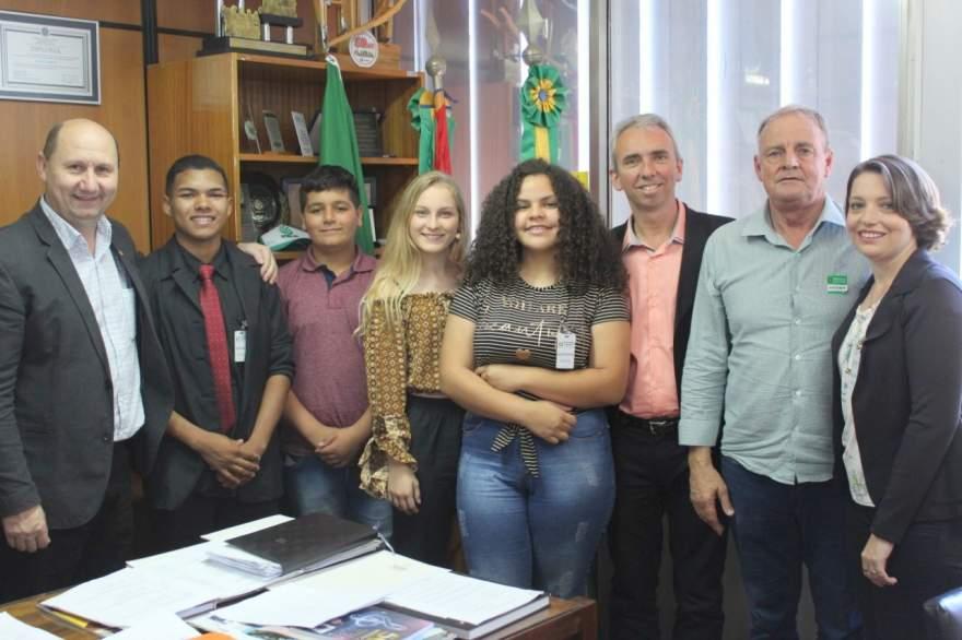 Deputado Elton Weber recebeu a comitiva em seu gabinete (AI da prefeitura de Candelária)
