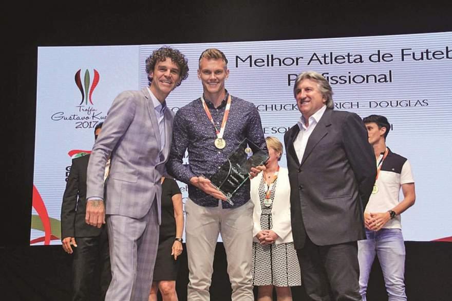 Douglas Friedrich recebeu prêmio do ex-tenista número 1 do mundo Gustavo Kuerten em solenidade realizada em Florianópolis - Crédito: Divulgação