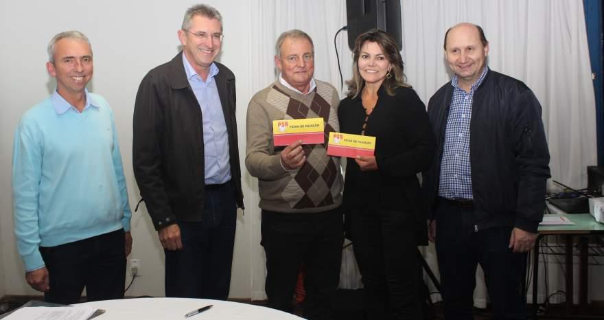 Rim e Cleonice ao lado dos deputados Heitor Schuch, Elton Weber e do prefeito Paulo