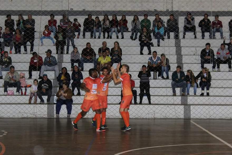 Comemoração do gol de empate do Maxxy no primeiro tempo, anotado por Juninho