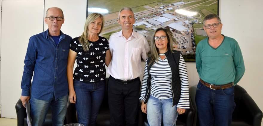 Presidente do Comude Albino, secretária Sandra, prefeito Paulo, Marilda Alves e Marco Treichel do Comude - Divulgação