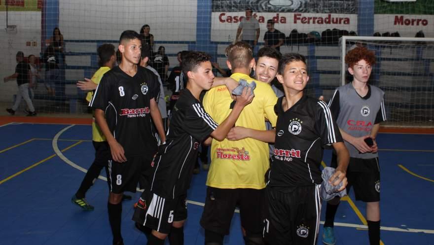 Logo após o final da partida, jogadores do Pinheiro comemoraram bastante a conquista da vaga