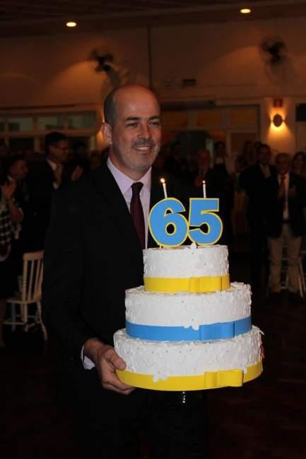 Beto Barbier com o bolo de aniversário alusivo aos 65 anos do Rotary Candelária