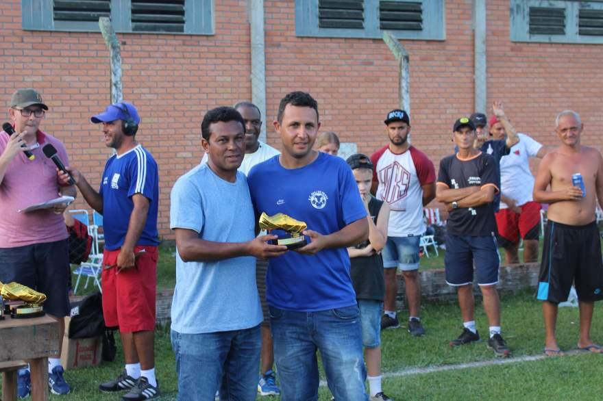 Coelho, destaque da categoria veteranos. Troféu foi entregue para um representante do Ewaldo Prass