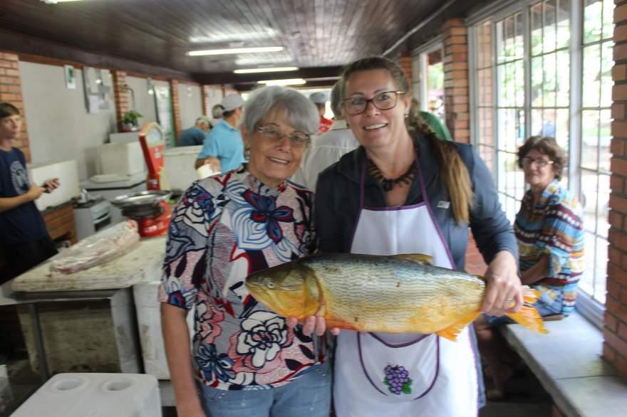 Dourados produzidos na propriedade de Maria Karnopp, na Picada Roos, estão sendo comercializados na 26ª Feira do Peixe de Candelária