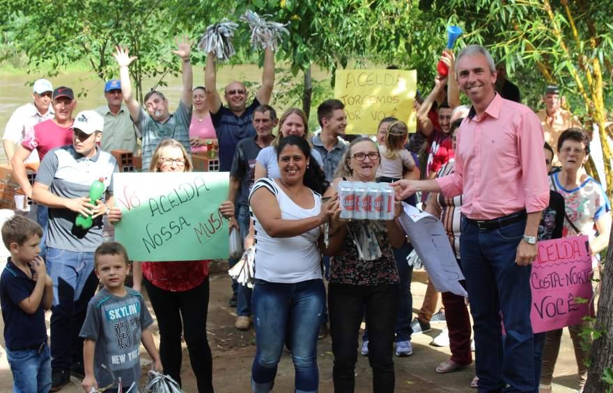 Prefeito Paulo Butzge com a torcida da candidata Acelda, uma das premiadas