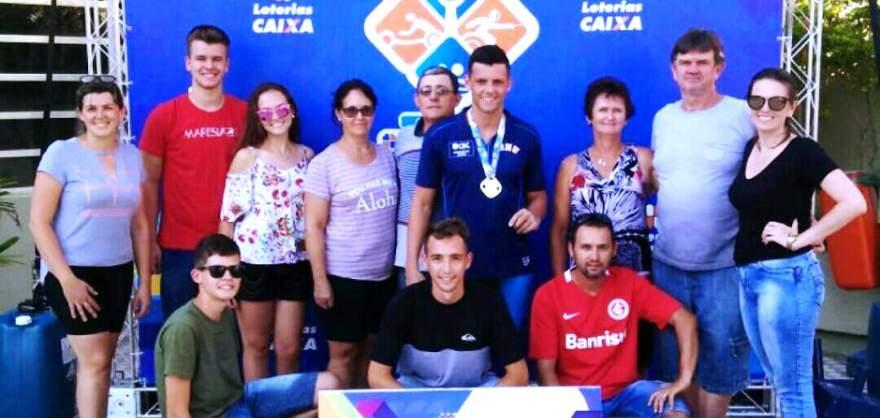 Nadador candelariense com os amigos e familiares que estiveram na torcida em Porto Alegre