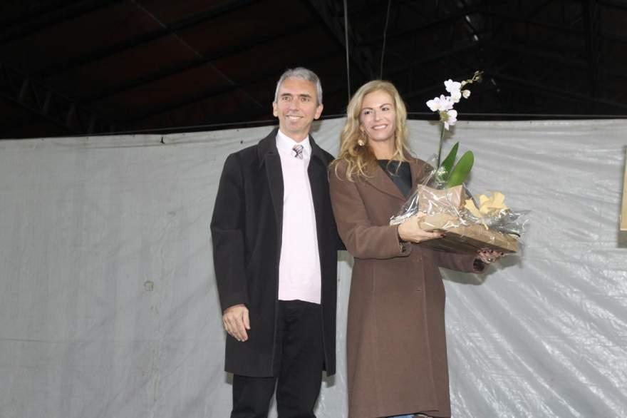 Prefeito Paulo Butzge entregou um presente para a patrona em reconhecimento por emprestar seu prestígio à feira