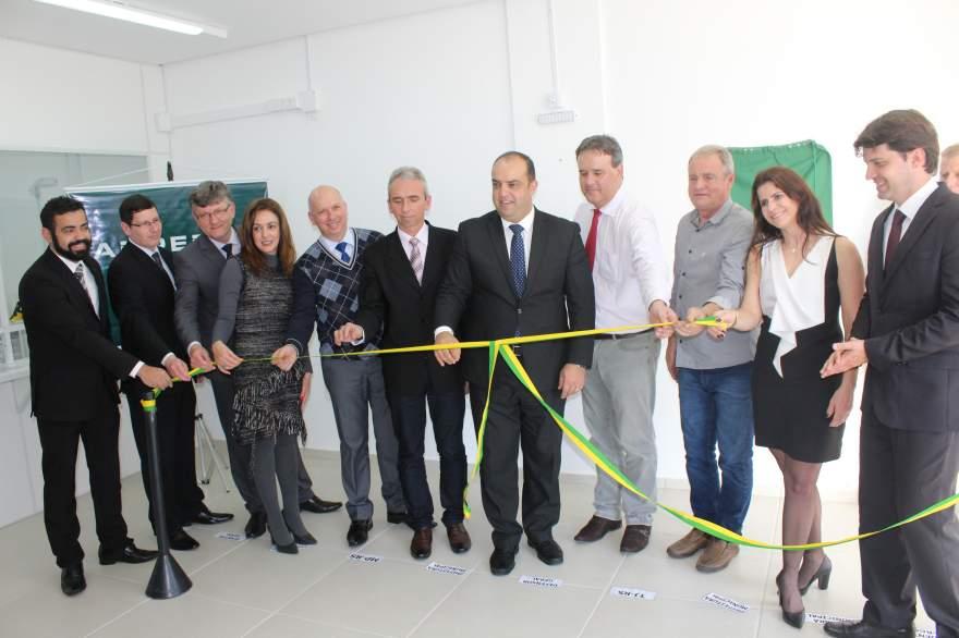 Autoridades descerram fita marcando a inauguração do novo espaço - Fotos: Tiago Mairo Garcia
