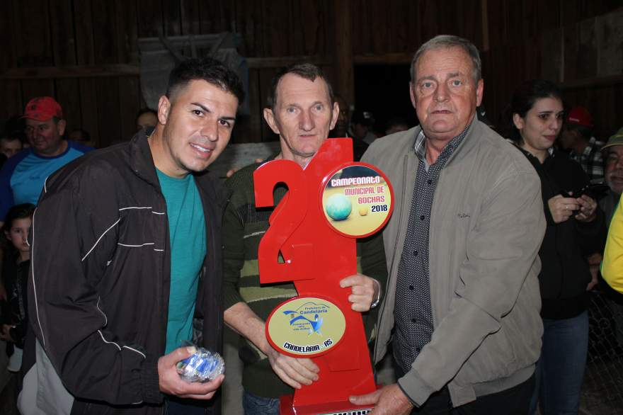 A entrega do troféu para um representante do Gaúcho, o vice-campeão
