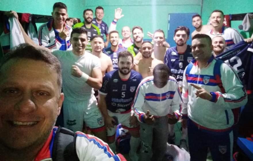 No final do jogo, selfie do presidente Rafael Vezentini com os jogadores e integrantes da comissão técnica