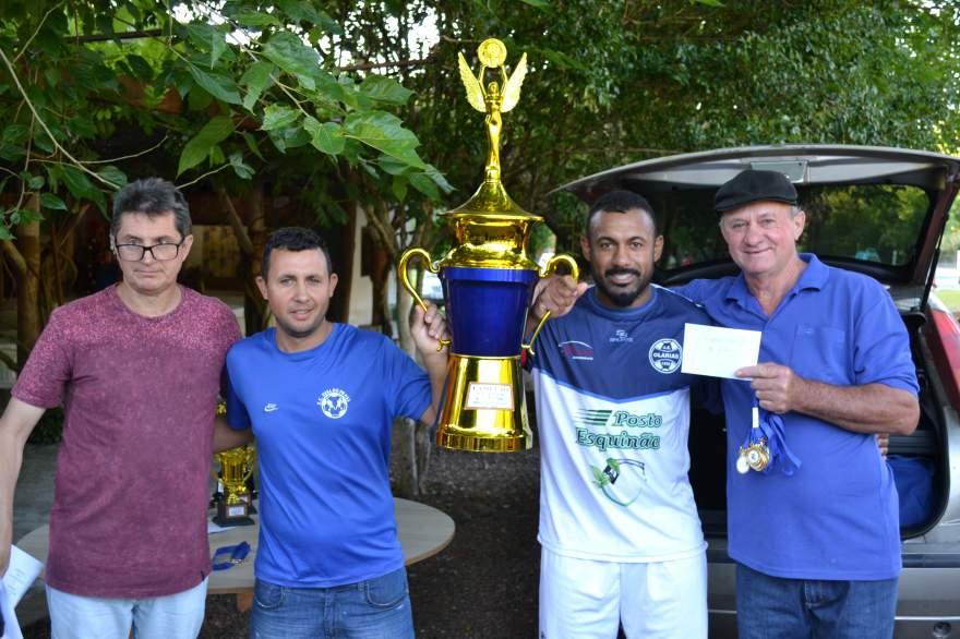Milton Setti e Elemar Lazzari entregam o troféu, medalhas e o cheque de R$1,5 mil para o capitão Diego e para o técnico Luis Paulo