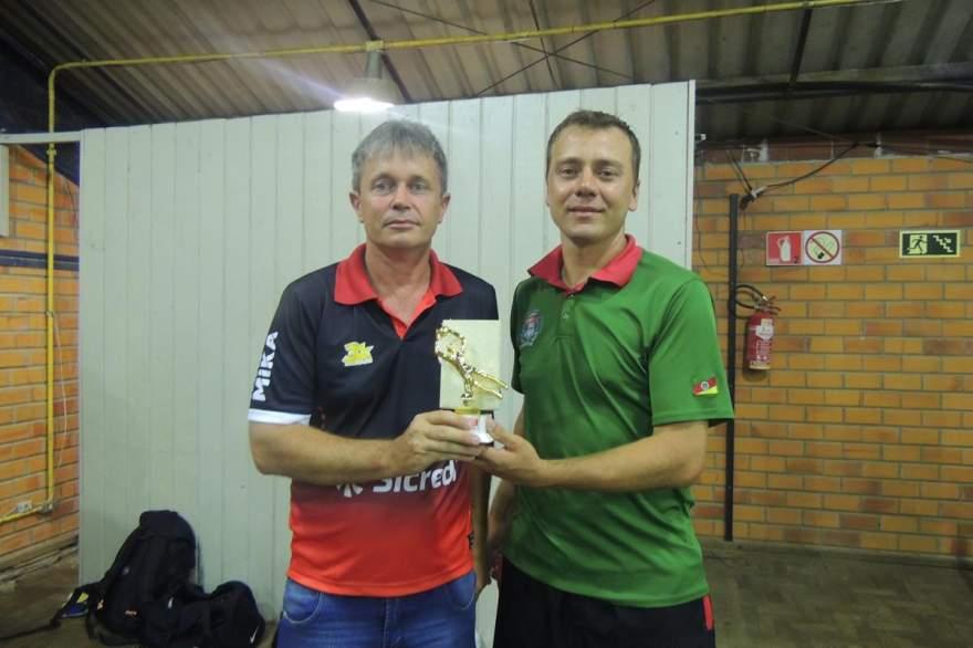 Braulio (E): representante do Quarta-Feira recebe o troféu de goleiro menos vazado