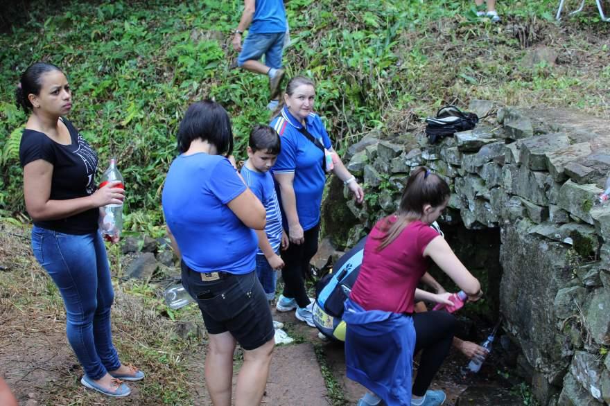 Muitas pessoas buscaram a água da fonte