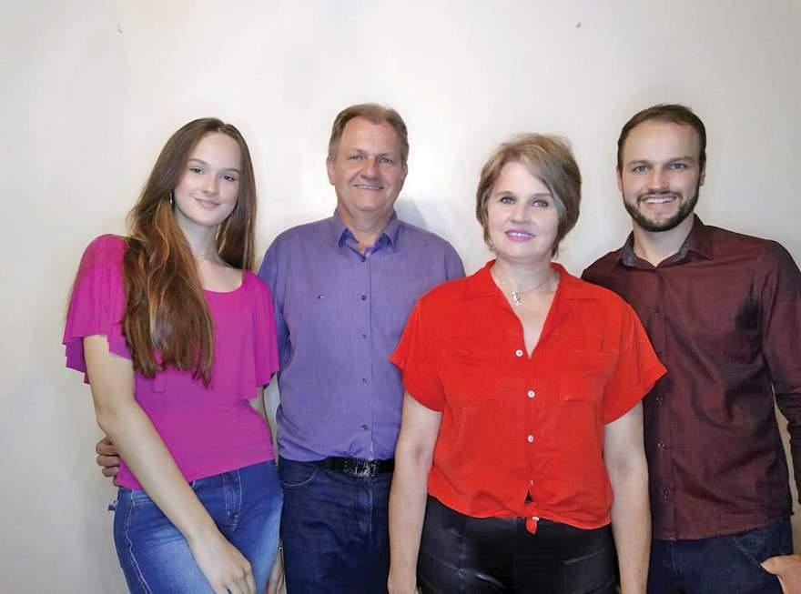 Edson juntamente com a esposa Stela e os filhos Ludmila e Leonardo: candidato destacou a importância da família