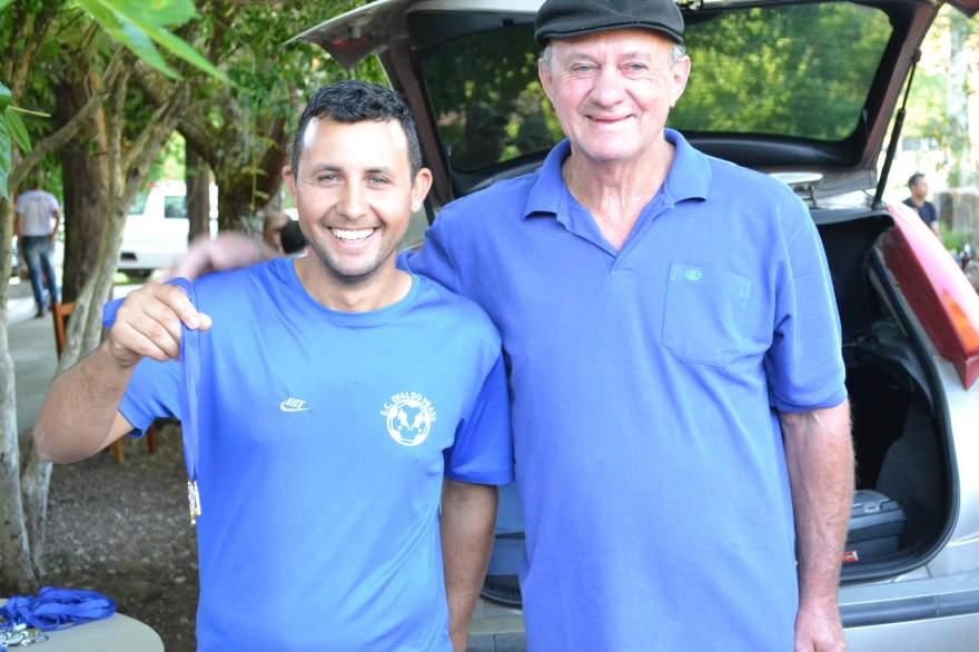 Técnico Luis Paulo recebe a medalha de goleiro menos vazado para o goleiro Eduardo, do Ewaldo Prass