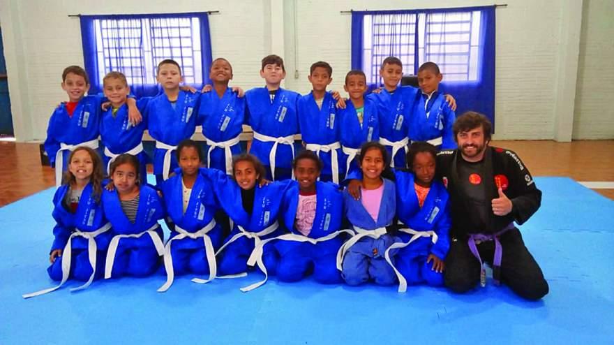 Grupo de 70 crianças estão participando da oficina de Jiu-Jitsu oferecida pelo Cecoas
