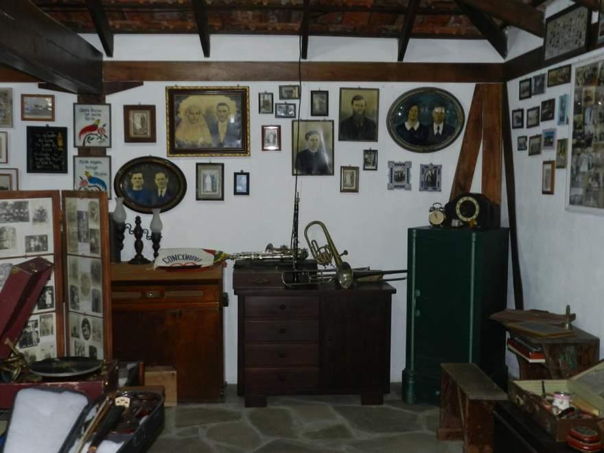 Fotografias, mapas, livros, instrumentos musicais e inúmeros outros objetos guardam em si um pouco do passado de Candelária