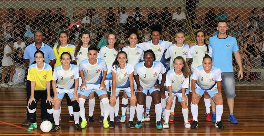 A equipe do Colégio Medianeira: campeã do certame feminino
