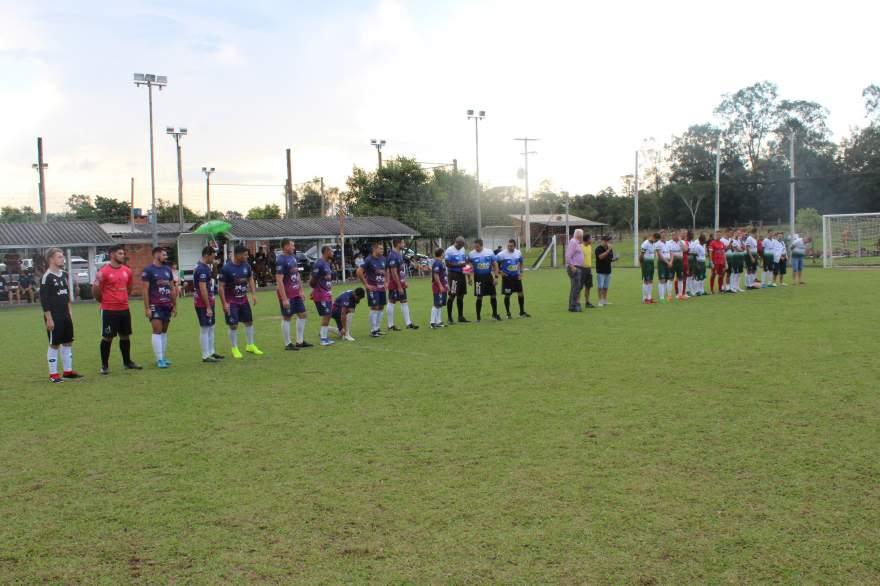 Equipes perfiladas para entoação dos hinos de Candelária e de Vera Cruz antes da partida