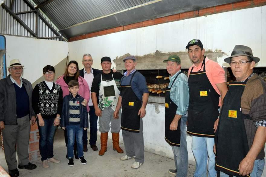 Prefeito Paulo Butzge e a primeira-dama Gabriela com a turma de churrasqueiros da festa