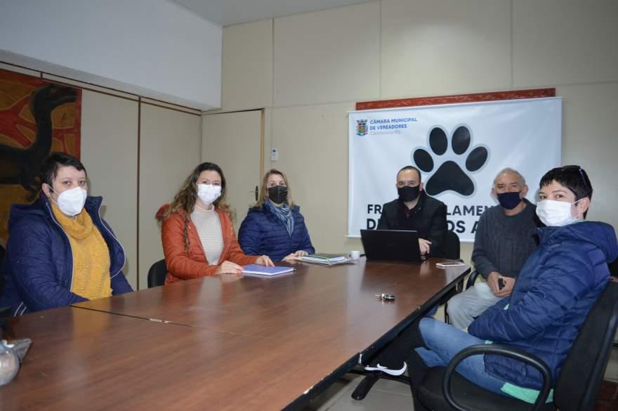 Vereadores e representantes da ONG participaram da reunião