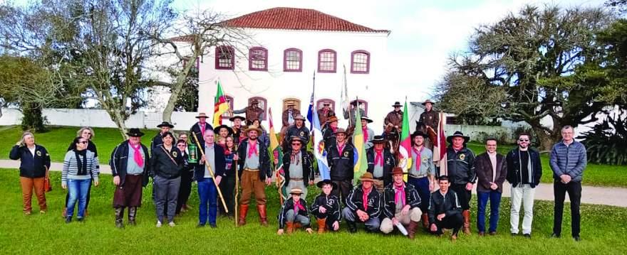 Em cerimônia na Fazenda do Sobrado, grupo candelariense recebeu a centelha da Chama Crioula