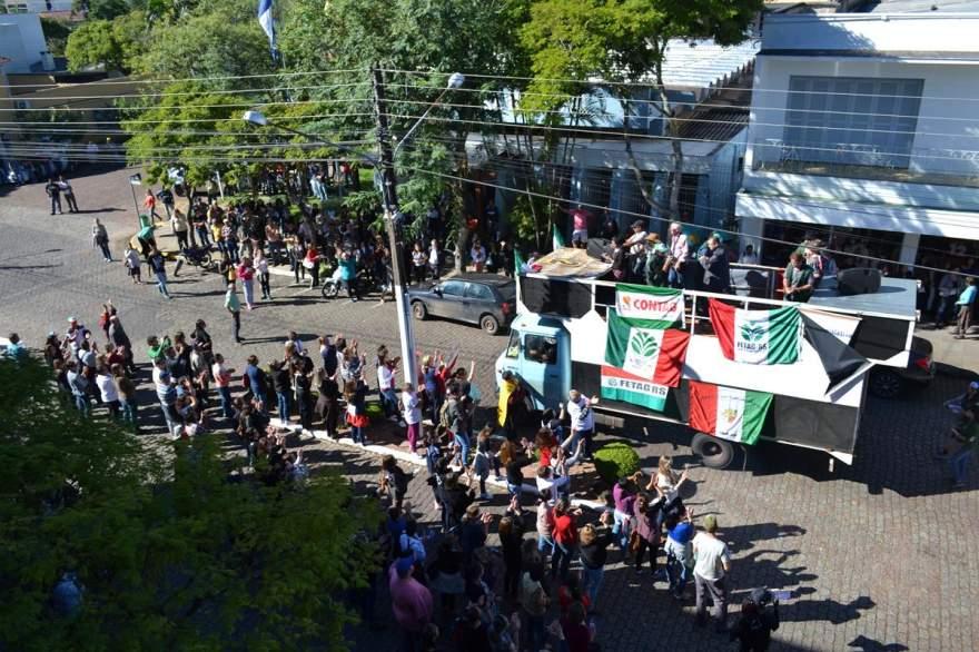 A chegada do caminhão em frente à Prefeitura