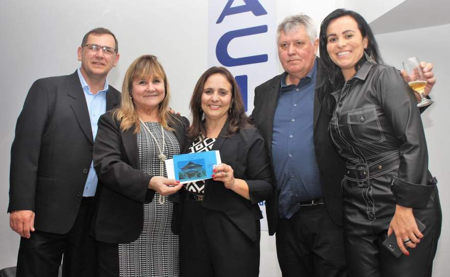 Dirigentes da Acic e representantes do Sesc com Lurdes Menezes, a ganhadora da estadia em Gramado