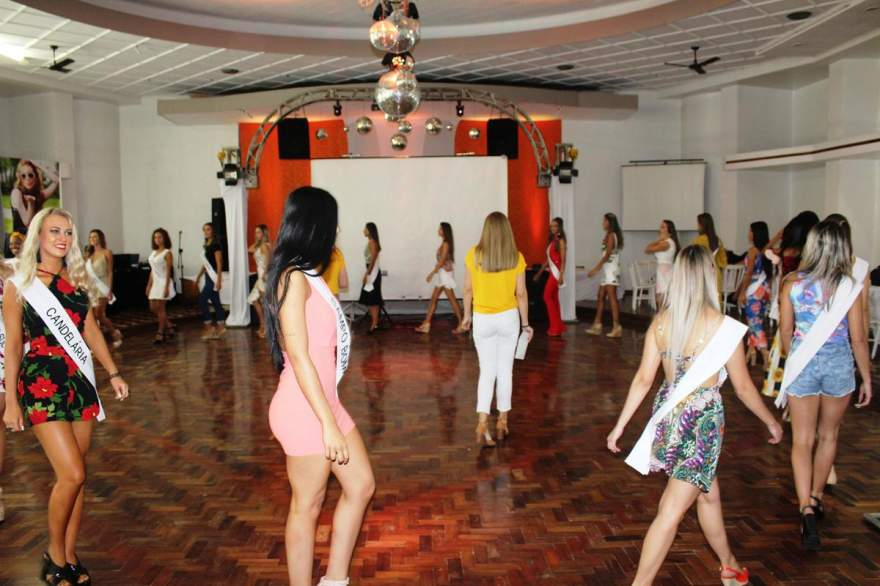 Candidatas orientadas por Roana Bortsmann em ensaio no Clube Rio Branco