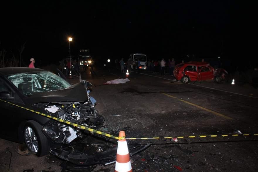 Cenário trágico: os dois carros destruídos e a vítima no meio da pista