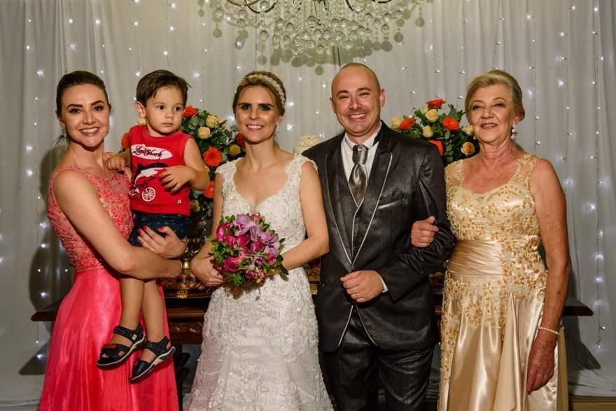 Os noivos com a mana dele  Ingrid Rech, o sobrinho  Henrique e a  mãe Evania Schultz Rech