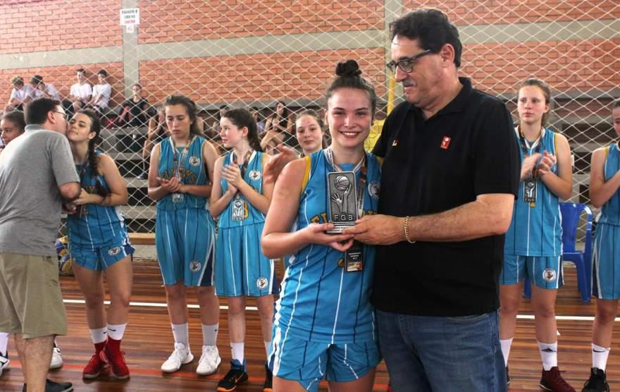 Atleta Nathalia Stefanello na premiação pelo vice-campeonato: a maior pontuadora da equipe