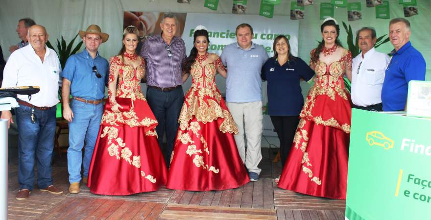 Luis Carlos Heinze ao lado de correligionários, das soberanas do município e de colaboradores do Sicredi